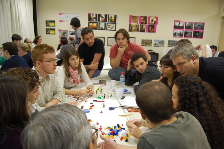 Foto de participantes trabalhando em prototipagem de um serviço em sala de aula.